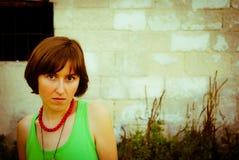 Menina do Hippie na frente da parede velha Fotos de Stock