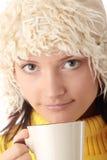 Menina do inverno com copo quente Fotos de Stock Royalty Free