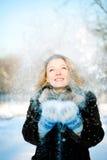 Menina do inverno com muitos flocos de neve fotografia de stock royalty free