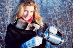 Menina do inverno com o copo do chocolate quente imagem de stock royalty free