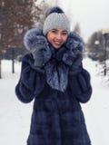 Menina do inverno no casaco de pele luxuoso Forma Imagem de Stock