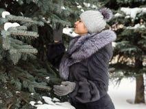 Menina do inverno no casaco de pele luxuoso Forma Fotos de Stock Royalty Free