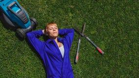A menina do jardineiro é resto após o trabalho fotos de stock royalty free