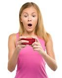 A menina do jovem adolescente está lendo a mensagem dos sms Foto de Stock Royalty Free
