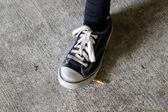 Menina do jovem adolescente que fuma um cigarro Imagens de Stock