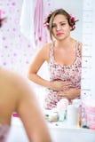 Menina do jovem adolescente que tem grampos do período Fotografia de Stock Royalty Free