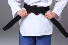 A menina do karaté com cinturão negro Fotografia de Stock Royalty Free