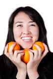 Menina do Kazakh com laranjas da árvore Foto de Stock
