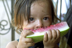 Menina do Latino do retrato que come a melancia fotografia de stock
