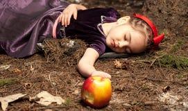 Menina do litle do branco e da maçã da neve Imagens de Stock Royalty Free