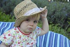 Menina do litte do close up que palying com cabana foto de stock