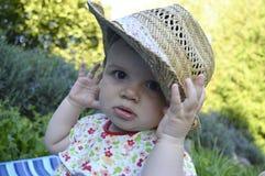 Menina do litte do close up que palying com cabana foto de stock royalty free