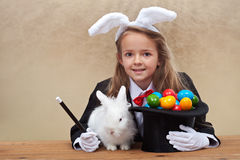 Menina do mágico que traz easter Imagem de Stock