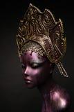 Menina do manequim no headwear Fotos de Stock