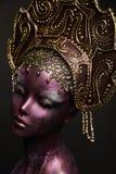 Menina do manequim no headwear Imagens de Stock