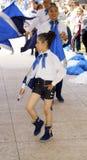 Menina do março da faixa com bandeira foto de stock