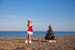 Menina do mar da estância de verão da árvore de Natal do ano novo imagens de stock royalty free