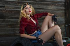 Menina do mecânico na garagem Imagens de Stock Royalty Free