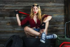 Menina do mecânico na garagem Imagem de Stock Royalty Free