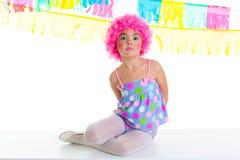Menina do miúdo da criança com expressão engraçada da peruca do rosa do palhaço do partido Fotos de Stock Royalty Free