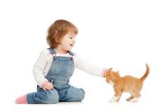 Menina do miúdo que joga o gato da sagacidade Imagem de Stock Royalty Free