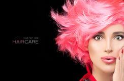 Menina do modelo de forma com cabelo cor-de-rosa tingido à moda fotos de stock
