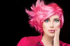 Menina do modelo de forma com cabelo cor-de-rosa tingido à moda imagem de stock royalty free