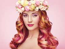 Menina do modelo de forma da beleza com cabelo tingido colorido fotos de stock
