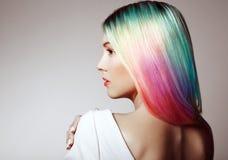 Menina do modelo de forma da beleza com cabelo tingido colorido fotografia de stock royalty free