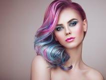 Menina do modelo de forma da beleza com cabelo tingido colorido foto de stock