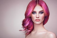 Menina do modelo de forma da beleza com cabelo tingido colorido fotos de stock royalty free
