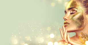 Menina do modelo de forma da beleza com composição dourada da pele e corpo, fundo dourado da joia Arte corporal do ouro Forma Art imagens de stock