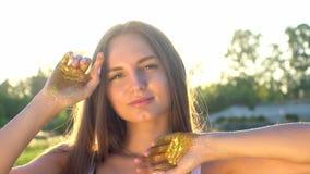 A menina do modelo de forma em sparkles dourados brilha levantando Retrato da mulher bonita com confetes do brilho fora vídeos de arquivo