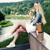Menina do moderno com câmera do vintage Fotografia de Stock Royalty Free
