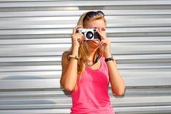 Menina do moderno com câmera retro Imagem de Stock Royalty Free