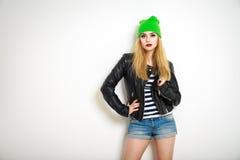 Menina do moderno do estilo da rua Forma do verão fotografia de stock