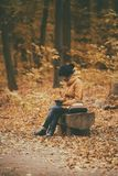 Menina do moderno em um parque Fotos de Stock Royalty Free