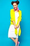 A menina do moderno no verão colorido ocasional veste-se no estúdio Fotos de Stock Royalty Free