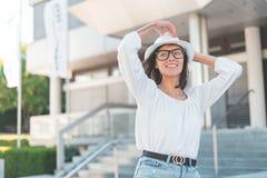 Menina do moderno ou sorriso fêmea, fundo borrado imagem de stock royalty free