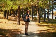 Menina do moderno que anda no parque Fotografia de Stock Royalty Free