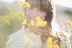 Menina do moderno que sorri na câmera Foto de Stock