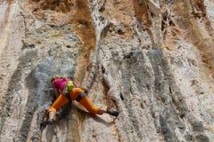 Menina do montanhista de rocha em Geyikbayiri Fotografia de Stock Royalty Free
