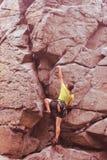 Menina do montanhista na rocha Foto de Stock