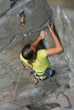 Menina do montanhista na rocha Fotos de Stock Royalty Free