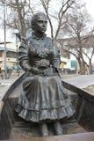 Menina do monumento no barco fotografia de stock