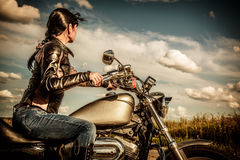 Menina do motociclista em uma motocicleta Imagem de Stock Royalty Free