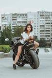 A menina do motociclista monta uma motocicleta na chuva Primeira pessoa vista foto de stock royalty free