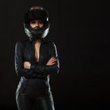 Menina do motociclista que levanta no estúdio imagens de stock royalty free