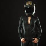 Menina do motociclista que levanta no estúdio fotografia de stock