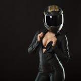 Menina do motociclista que levanta no estúdio imagens de stock